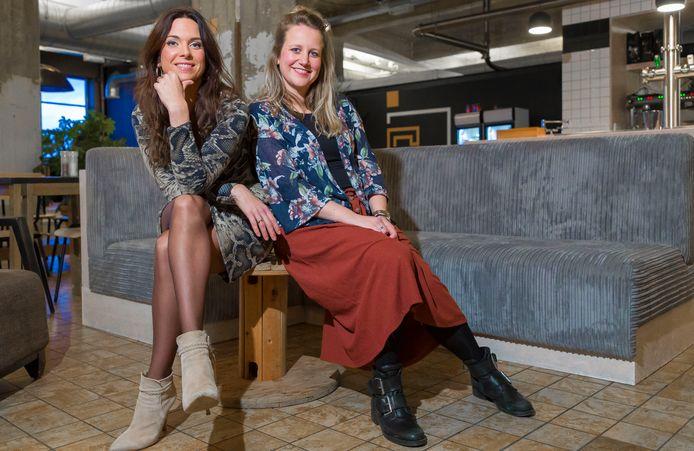 """Sanne van Uden (links) en Sanne den Ouden dromen stiekem al van een roze kantoor. ,,Met gouden letters!"""""""
