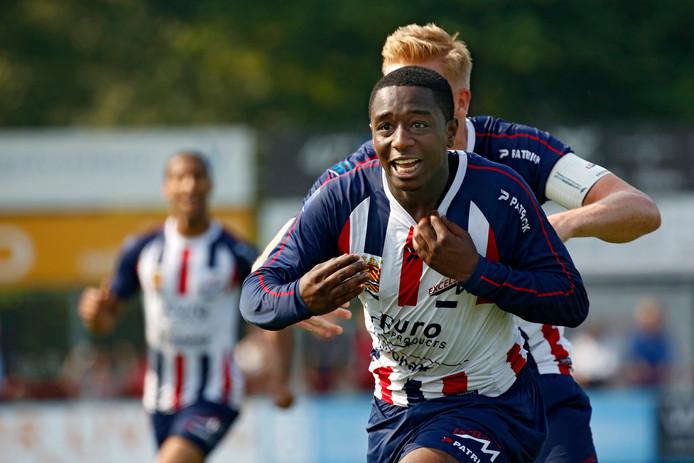 Ahmad Mendes Moreira juicht na zijn winnende goal tijdens Excelsior Maassluis - FC Lienden, de laatste wedstrijd om de algehele amateurtitel in 2016.