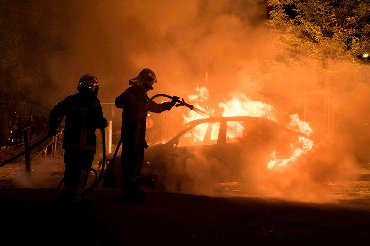 De brandweer blust een vuur in Nantes nadat rellen uitbraken bij een uit de hand gelopen controle waarbij een agent een man doodschoot.