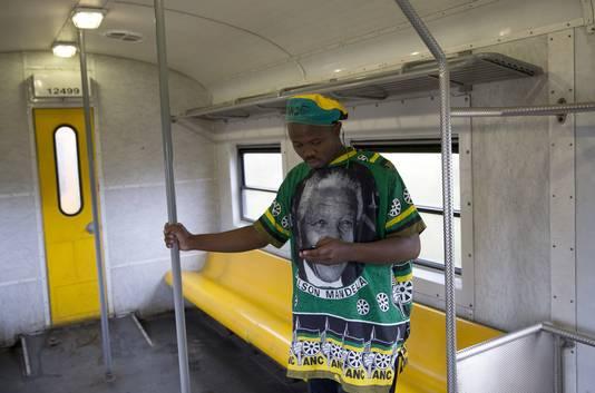 Man in een trein in Johannesburg, Zuid-Afrika