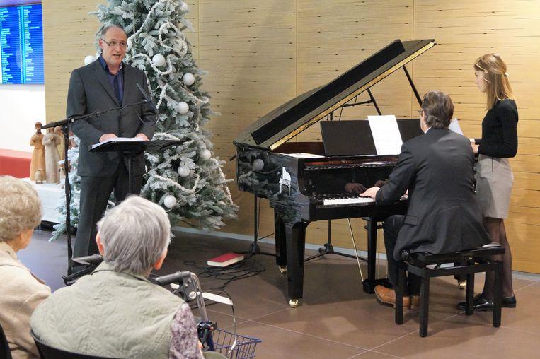 Stadsorganist Tom Hoornaert en tenor Stefaan Vandenbroucke brachten een miniconcertje in de inkomhal van het Sint-Andriesziekenhuis