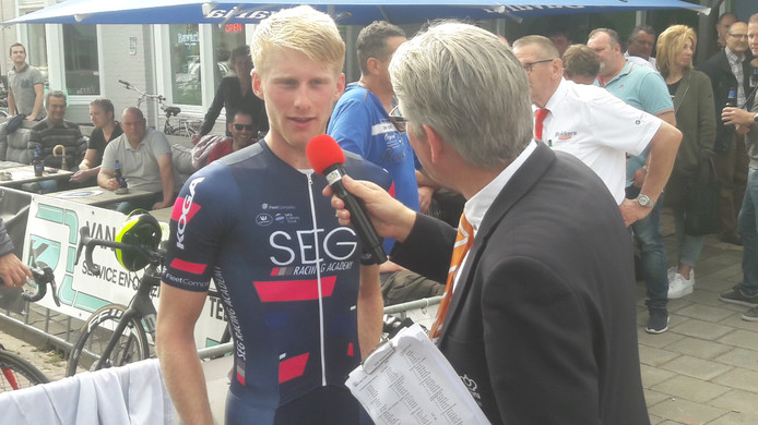 Marten Kooistra wint de klassieke Kersenronde in Mierlo en spreekt na afloop met wielerspeaker Rien van Horik.
