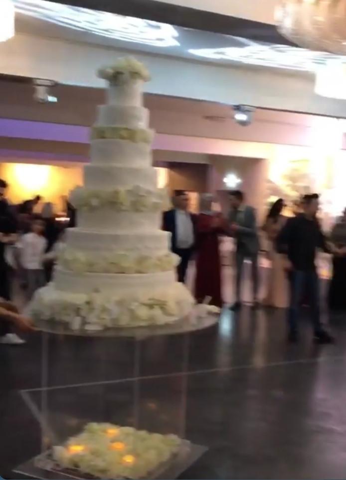 De bruidstaart toen er nog geen vuiltje aan de lucht was.