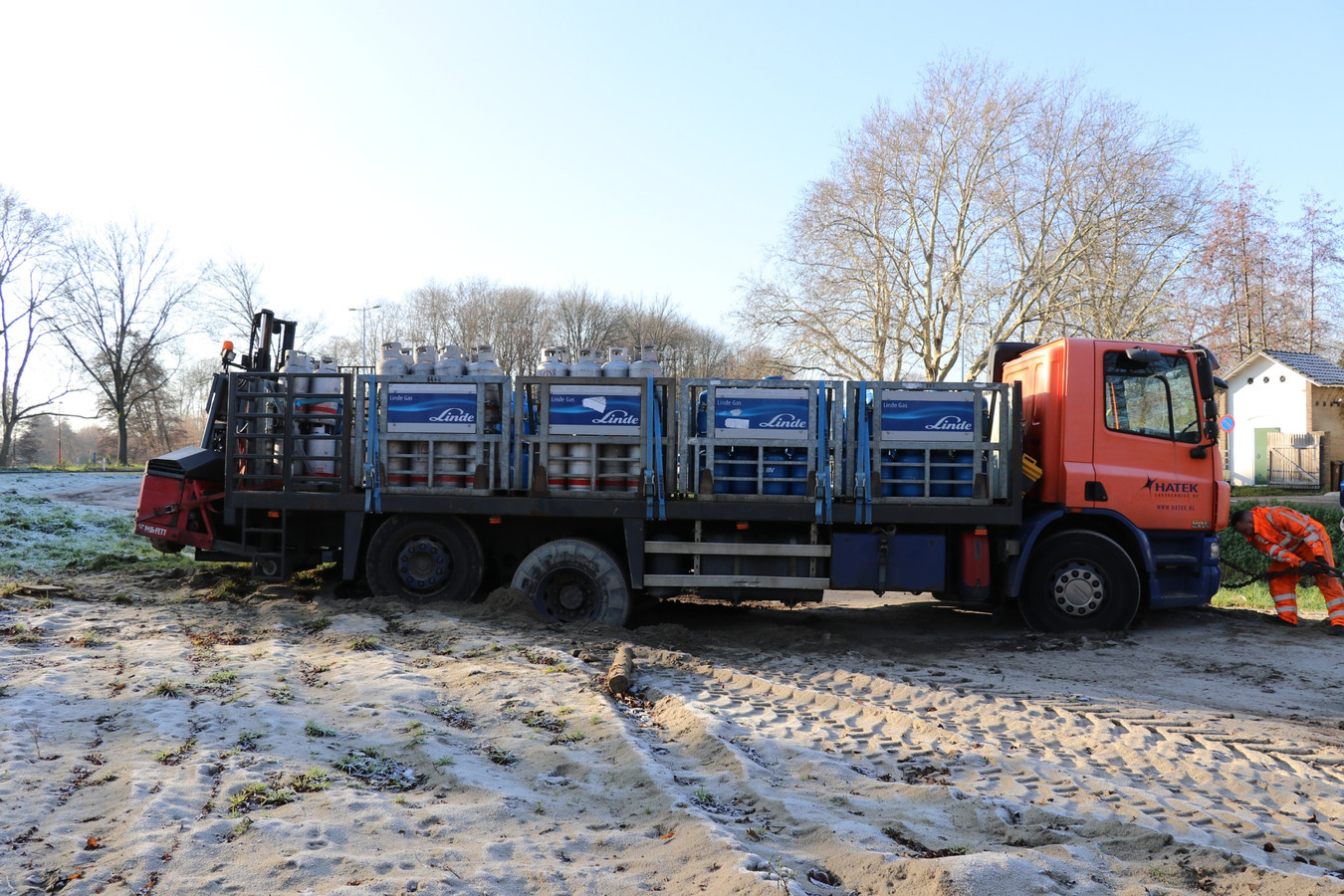 De vrachtwagen kwam vast te zitten op een zandweg bij de Gageldijk in Utrecht.