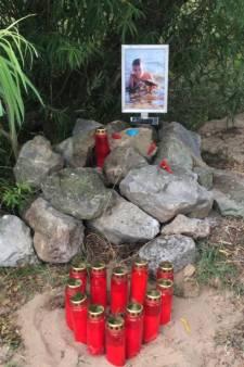 Monumentje voor verongelukte Levi (14) uit Helmond weer terug op strandje aan de Maas