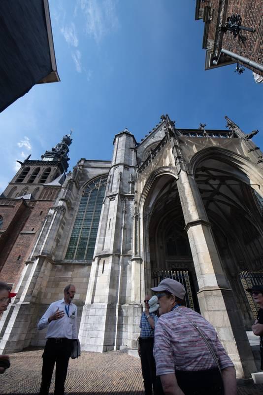 Duitstalige toeristen krijgen uitleg bij de Sint Stevenskerk. (ARCHIEFFOTO)