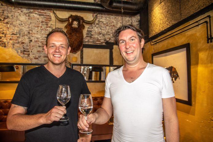 De nieuwe eigenaar Ard Slot en de oude eigenaar Rik van Middendorp toosten op de overname van restaurant Os en Peper in Zwolle. Chefkok Slot gaat medio augustus verder onder dezelfde naam, in dezelfde entourage maar met een nieuwe kaart.