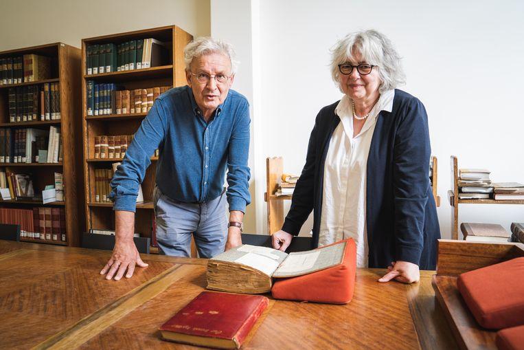 Joost van Putten en Sylvia Van Peteghem met één van de reisdagboeken van Doesje en Pauw in de Gentse Boekentoren.
