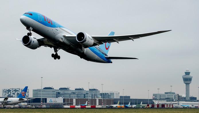Archiefbeeld: Een vliegtuig van TUI stijgt op van een landingsbaan van Schiphol.