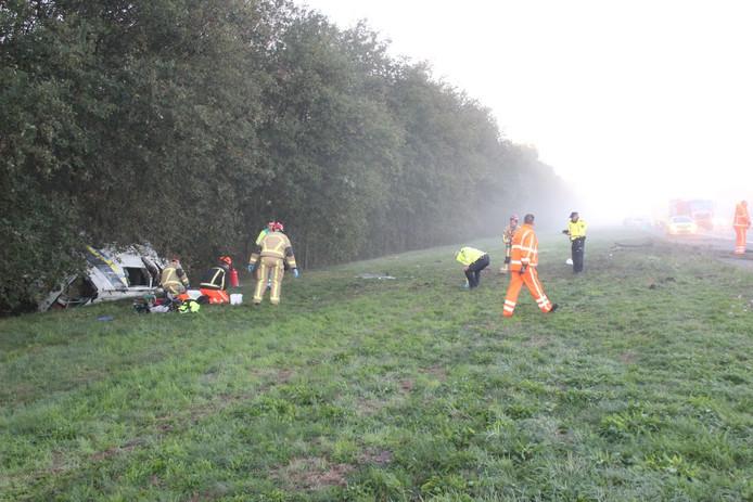 Een bedrijfsbus vloog bij het ongeluk over de kop.