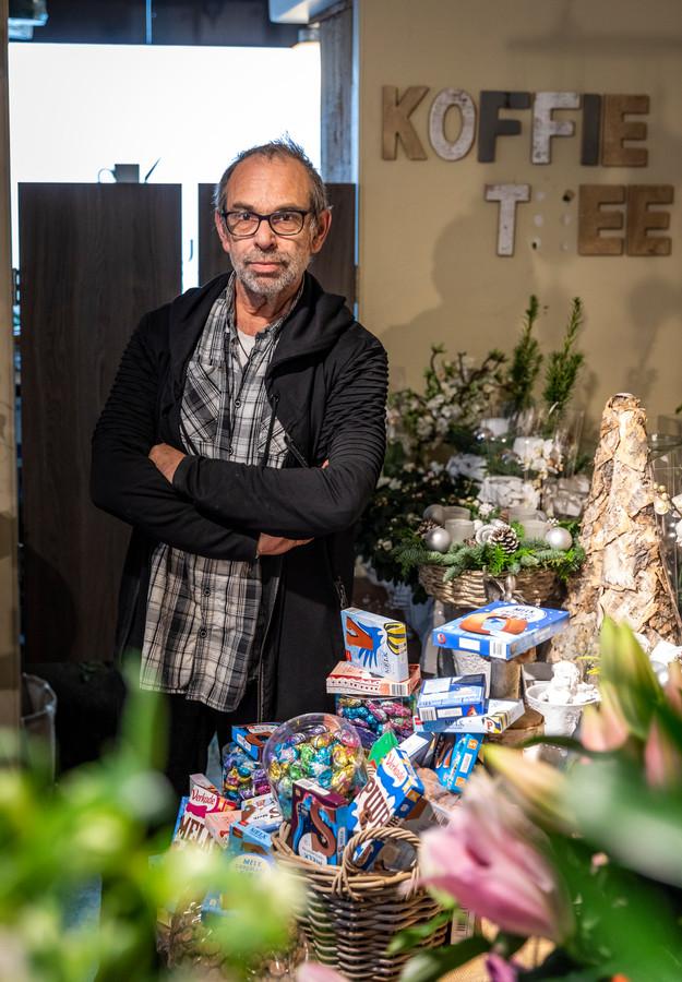 In zijn bloemenzaak heeft Tini Roelofs momenteel ook flink wat snoep liggen dat vooral bestemd is voor zieken in het Elkerliek ziekenhuis.