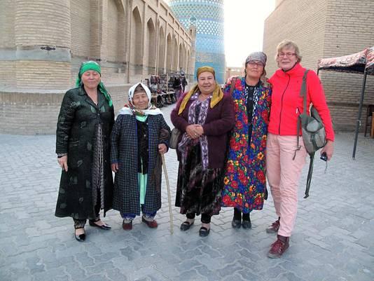 De 60-jarige dame maakte ook heel wat vrienden op haar reis, zoals hier in Oezbekistan.