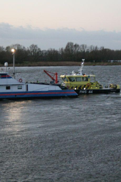 Vrachtschip op de Waal vaart op krib: duwboot heeft water gemaakt door 'flinke schade'