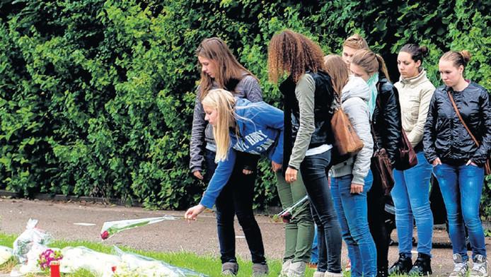 Archiefbeeld: medeleerlingen van Jim van Beek leggen bloemen op de plek des onheils.