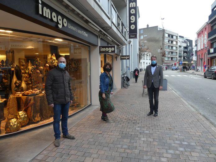 Schepen Bruno Dhaenens, Sonia De Groote van Imago en burgemeester Jan Vermeulen in de Tolpoortstraat.