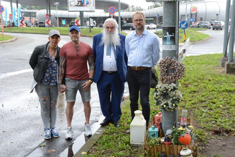 Résa Van Bogaert en zijn vriendin Krisztina Nagy met ereburgemeester Antoine Denert en huidig burgemeester Dimitri Van Laere op de plaats waar de jonge Ennio begin dit jaar om het leven kwam toen hij inreed op een fout geparkeerde vrachtwagen.