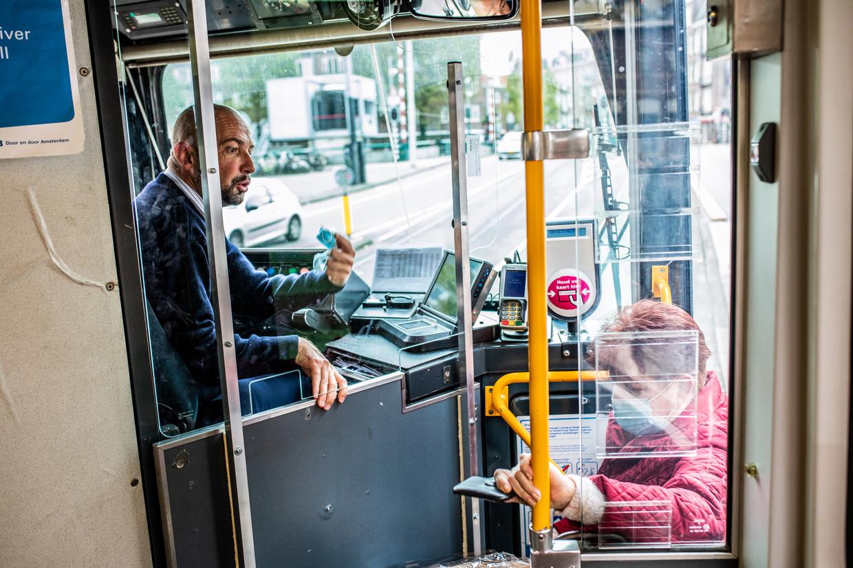 Bestuurder Narcis Skeliç op tramlijn 19, het langste tracé van Amsterdam.  Beeld Nosh Neneh