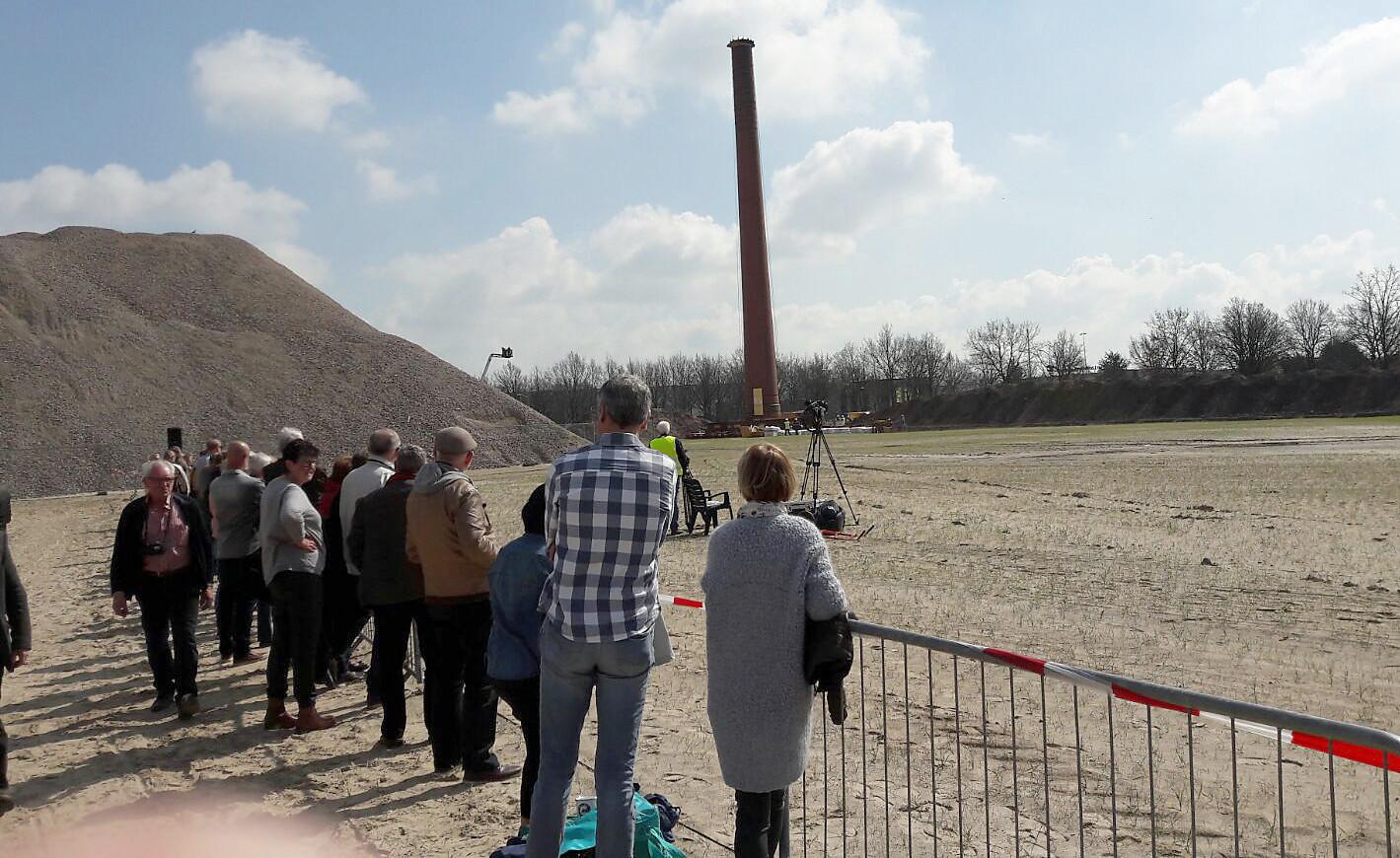 Toeschouwers op grote afstand bij verplaatsing Philips schoorsteen in Roosendaal