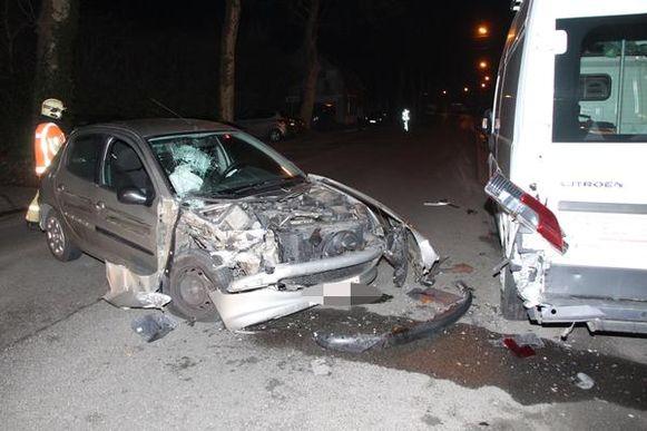 De wagen werd zwaar beschadigd.