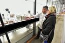 Robèrt van Beckhoven laat een gast zijn bakkerij op het KVL-terrein zien