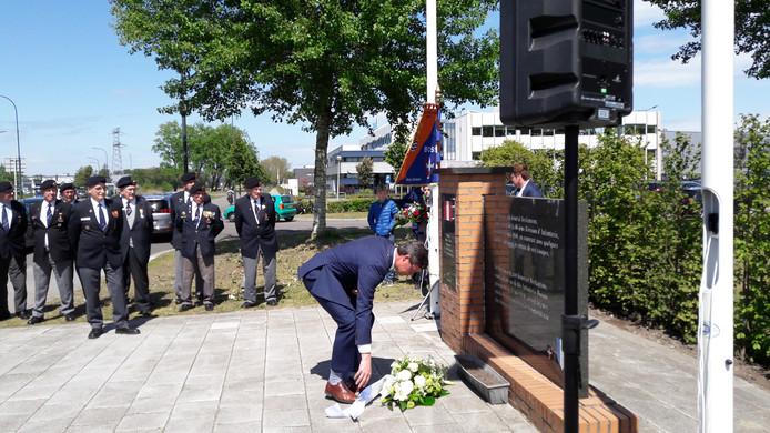 De Vlissingse burgemeester Bas van den Tillaar legt bloemen bij het Franse monument.