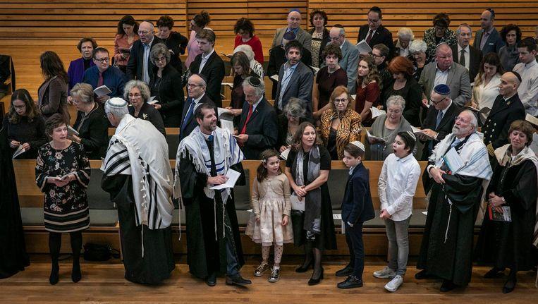 Joram Rookmaaker met zijn gezin. Rechts Rabbijn Soetendorp. Beeld Dingena Mol