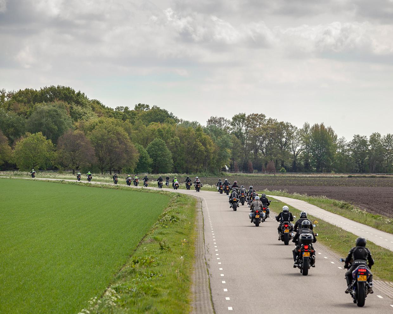 Een motortoerclub onderweg door het Drentse landschap.