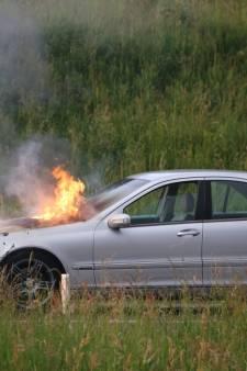 Mercedes vliegt spontaan in brand op oprit A58 bij Etten-Leur