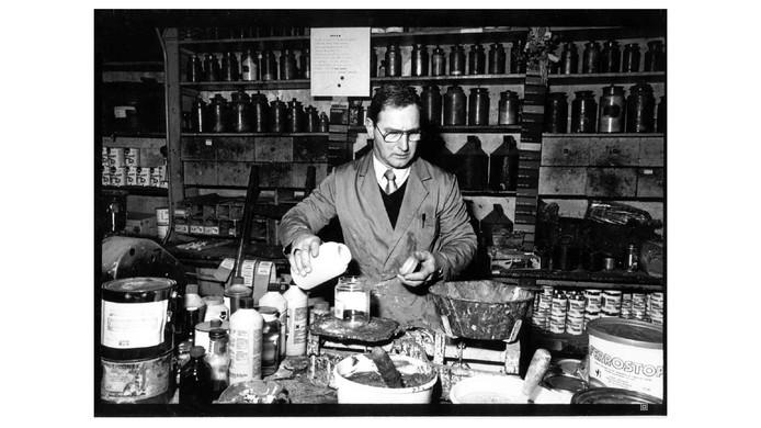 Huub Kouwenhoven aan het werk in Neerlands oudste verfwinkel: joviaal, vrolijk en deskundig.