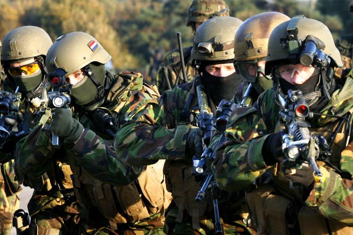 Commando's zijn woedend op de defensietop omdat ze in giftige gassen hebben moet schieten.