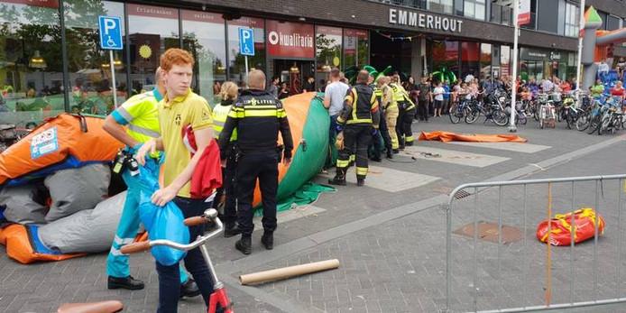 Politie en brandweer controleren of er nog kinderen onder het speelkussen liggen