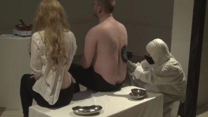 'Kannibalisme' in museum: man en vrouw laten deeltje uit hun lichaam snijden en eten dat stuk vlees vervolgens op