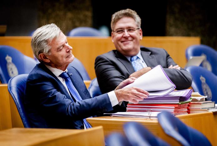 Martin van Rooijen (50Plus) en Henk Krol tijdens het debat over de afschaffing van de wet-Hillen.