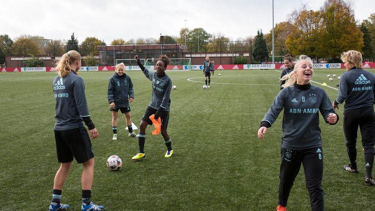 Rebecca Cristina Santos (midden) voetbalt op De Toekomst in Zuidoost met de speelsters van Ajax. Beeld Elmer van der Marel