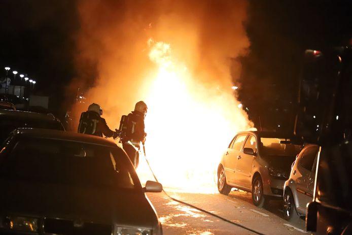 Opnieuw autobranden in Gouda: in de nacht van maandag op dinsdag ging het mis in de Van Royenstraat.