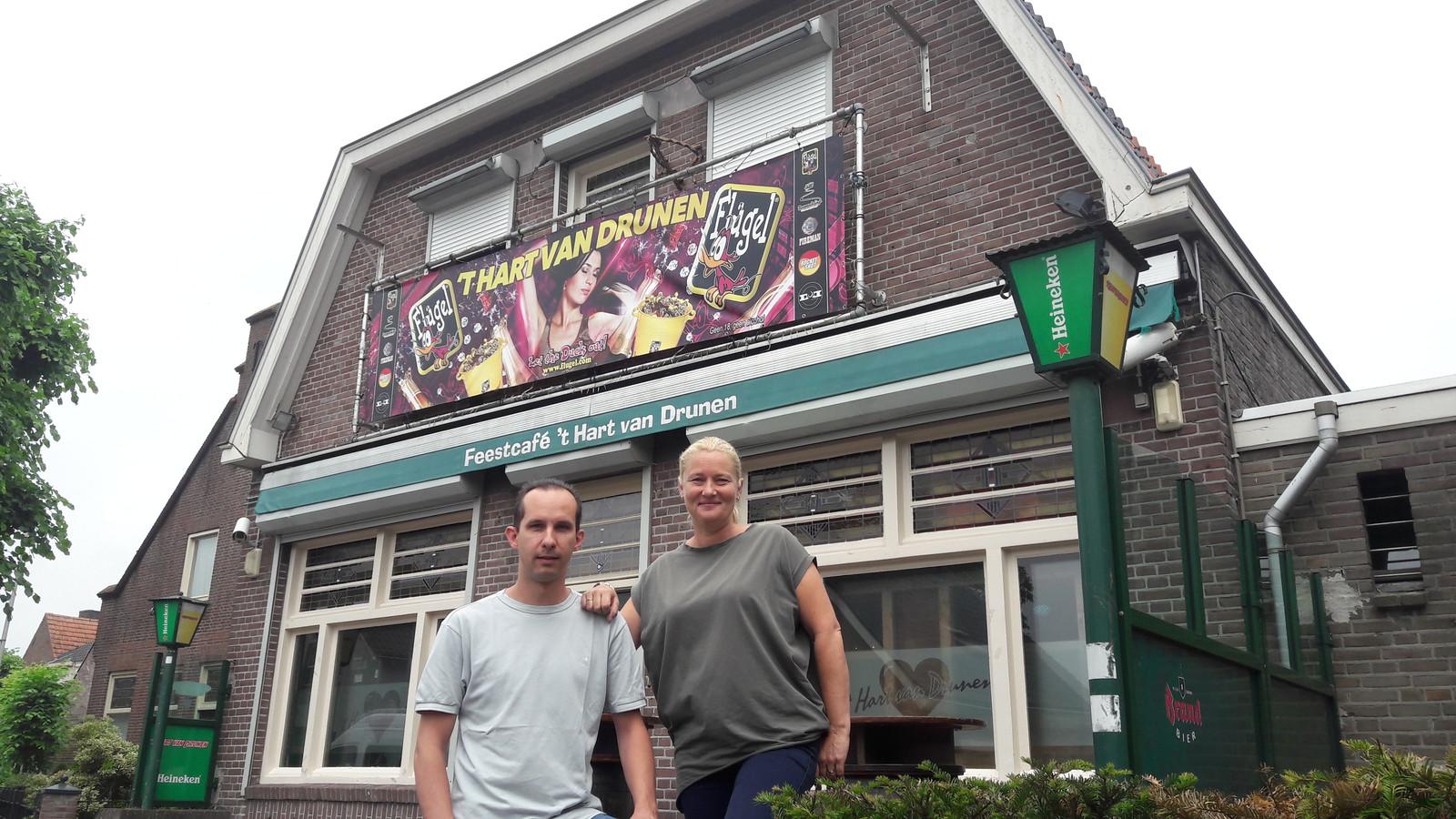 Bas van Hulten en zijn vriendin Joyce van feestcafe 't Hart van Drunen. Zij hopen hun zaak aan de Grotestraat 78 in  Drunen nog vele jaren voort te zetten.