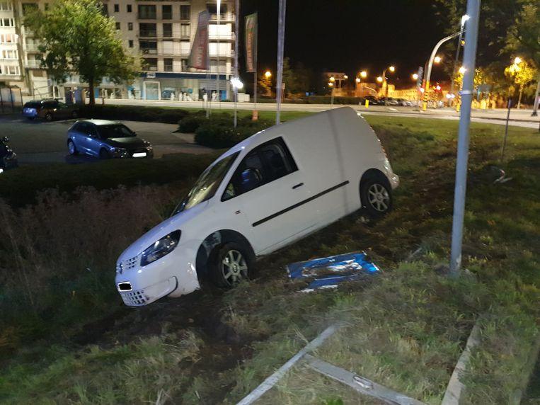 MECHELEN - De wagen belandde in de gracht naast de rijbaan (N16). De bestuurder was dronken.
