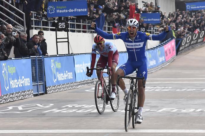 Gilbert schreeuwt het uit na zijn zege in Roubaix.