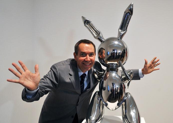 """Jeff Koons posant avec """"Rabbit""""."""