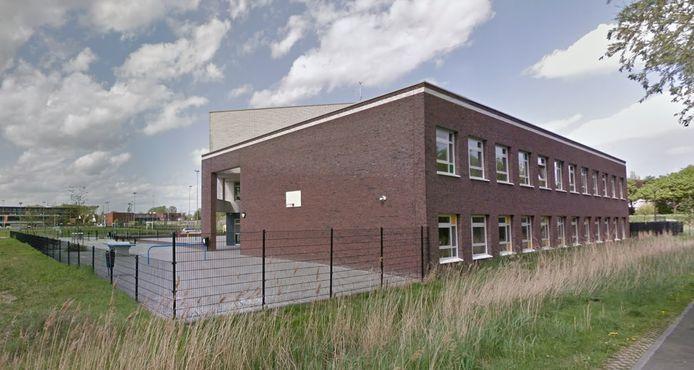 Vier leerlingen van het Aventurijncollege in Bergen op Zoom zijn opgepakt voor het mishandelen van een leraar.