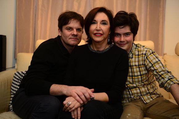 Rita Vrancken, omringd door haar man Koen Vandendriessche en zoon Klaas, schreef de roman 'Buiten blijft het zondag' (onder).