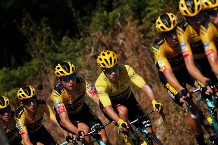Roglic in de gele trui, omringd door ploeggenoten van Jumbo-Visma.