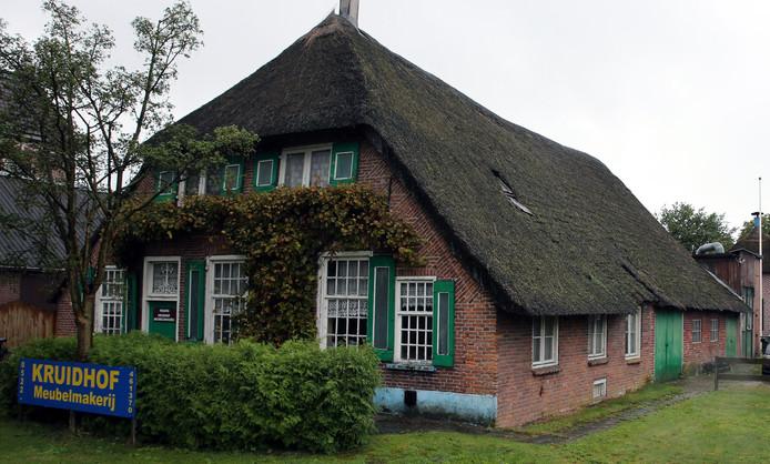 De Hersteld hervormde kerk heeft de boerderij van Kruidhof gekocht. Het naastgelegen Museum Staphorst vist achter het net.