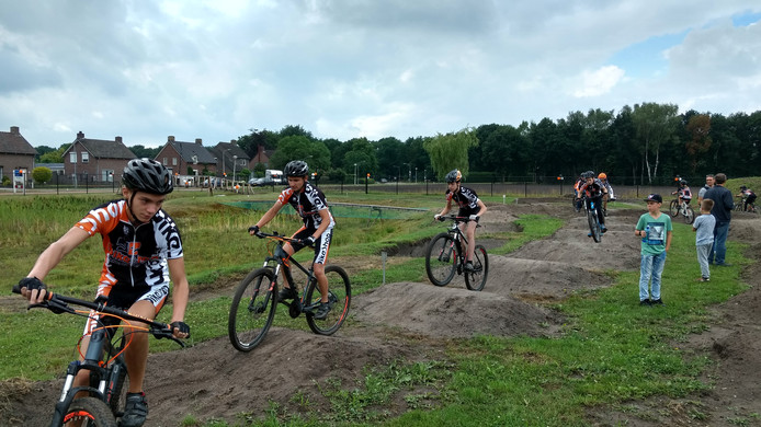 Mountainbikers verkennen het parcours in Liessel.