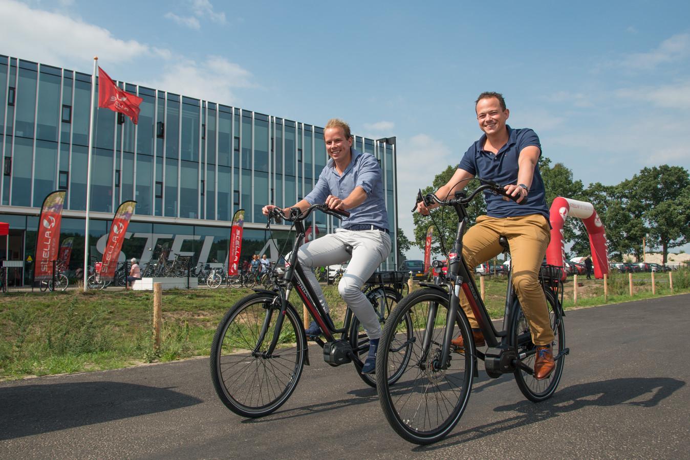Daan van Renselaar (links) en Wilco van de Kamp fietsen langs hún pand in Nunspeet.