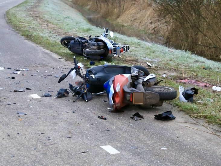 Twee bromfietsers botsen hard in Beek en Donk