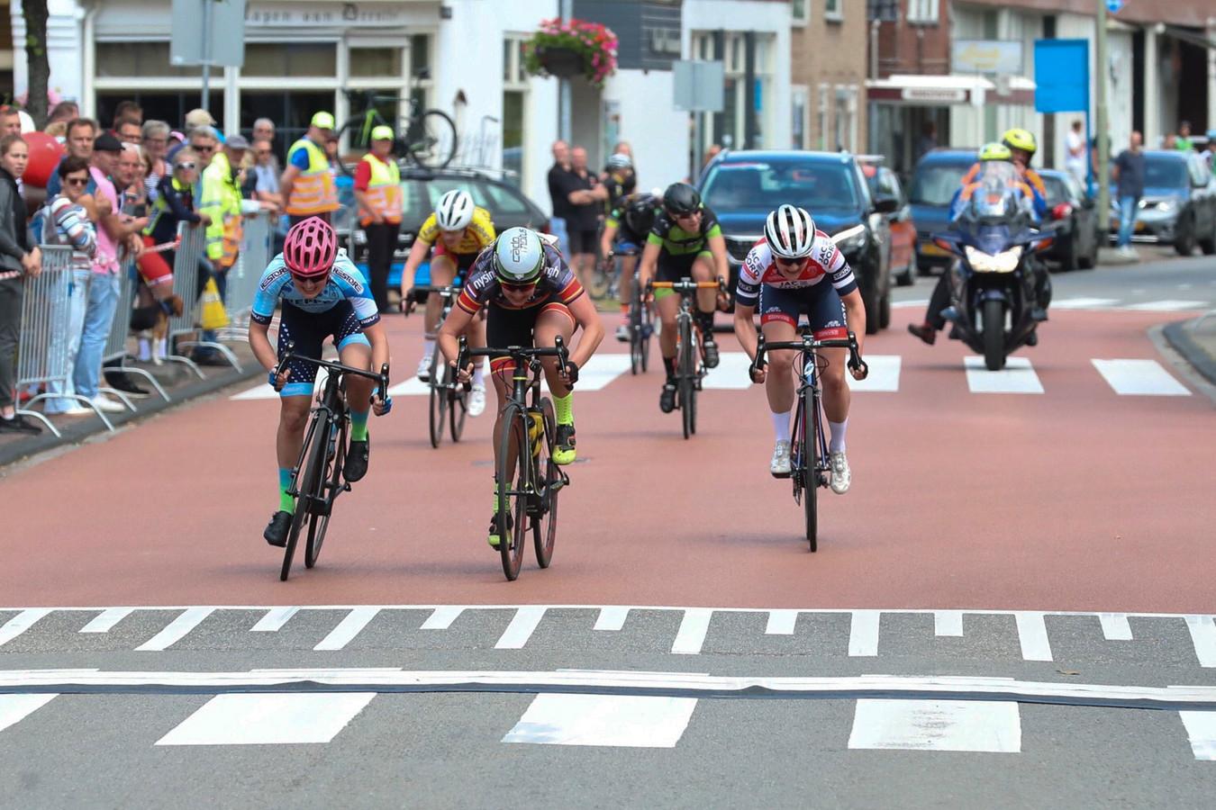 Annet Pit (midden) pakt de winst bij de klassieker in het wielerweekeinde van Roden.