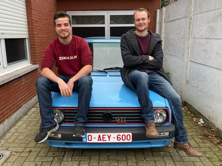 Tom (links) en Mattias (rechts) op hun oldtimer Volkswagen Golf van het bouwjaar 1990.