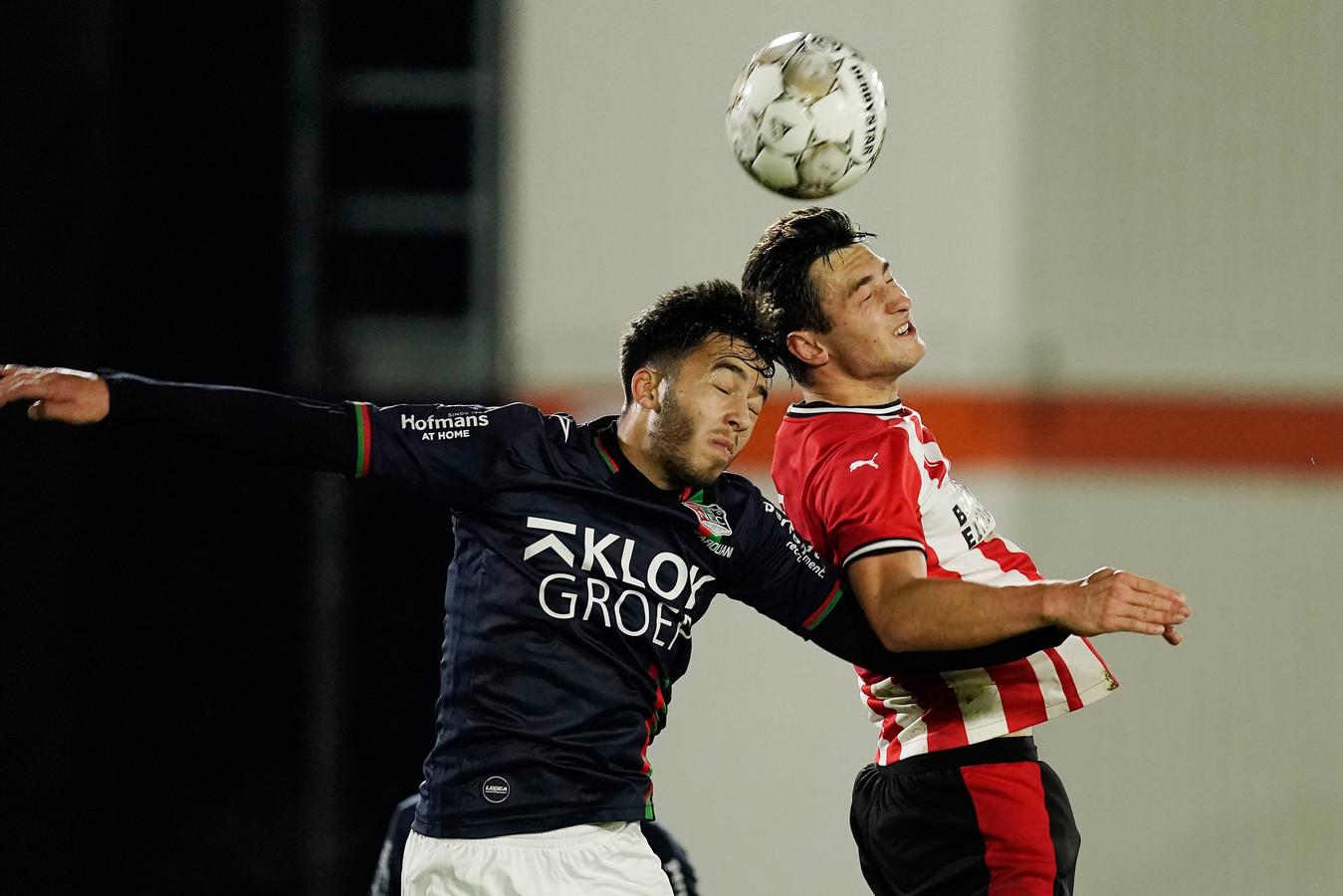 Souffian El Karouani van NEC in duel met Damian Timan van PSV .