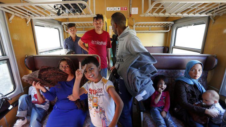 Vluchtelingen in de trein op het Hongaarse station Roszke. Beeld Reuters